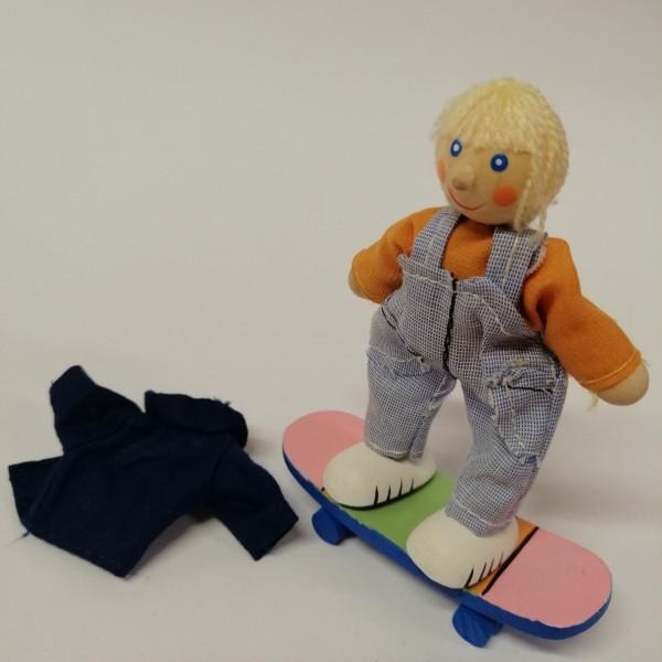 Biegepuppe Timo, mit Skateboard